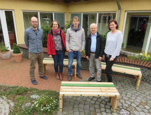 Sitzbänke an Elternhaus krebskranker Kinder übergeben | Nächster Engagement-Aktionstag in der Holzwerkstatt am 18.05.2019